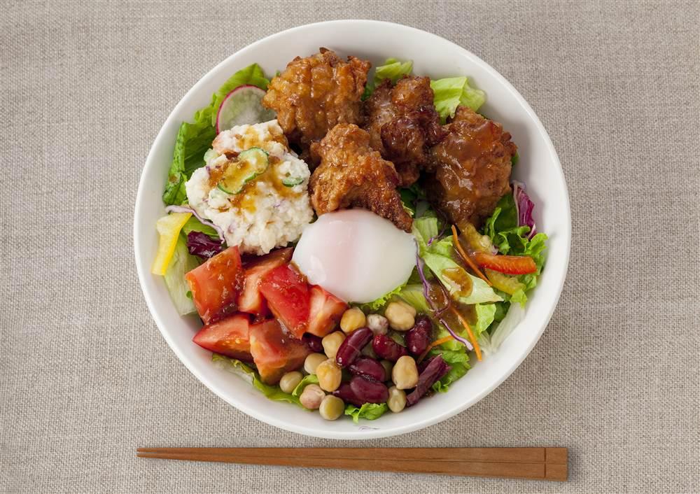 写真:鶏のから揚げとポテサラのベジコンボ