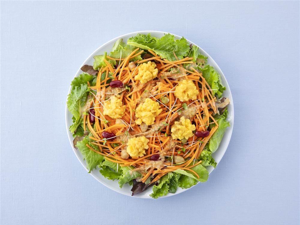 写真:せん切りにんじんとスクランブルエッグのサラダ