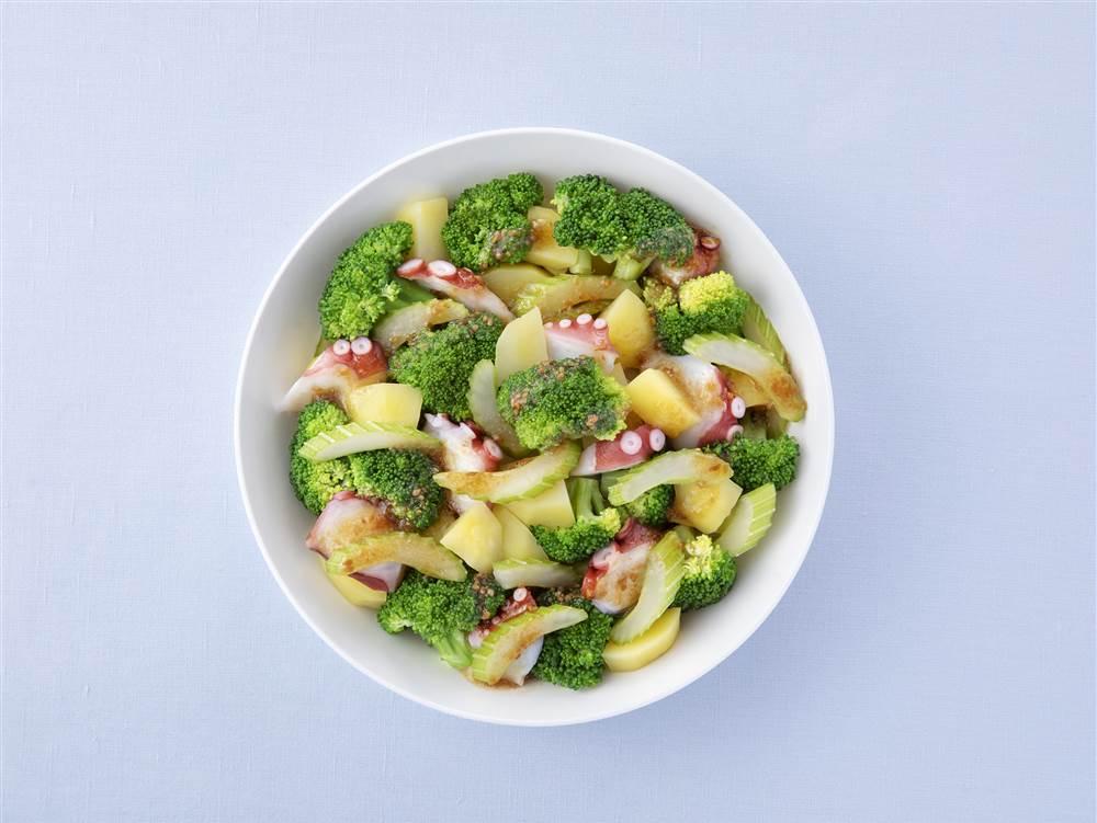 写真:ブロッコリーとセロリとたこのサラダ