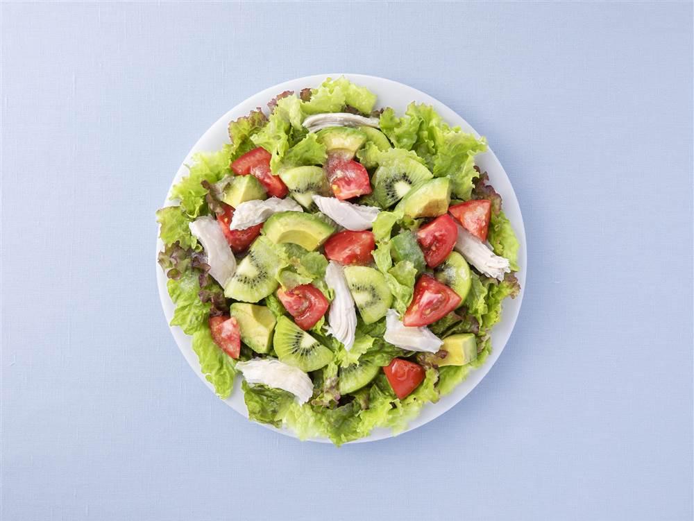 写真:レタスとチキンとキウイのサラダ