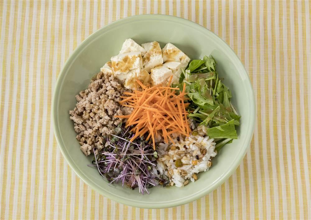 写真:もち麦ミックスと豆腐と水菜のベジボウル