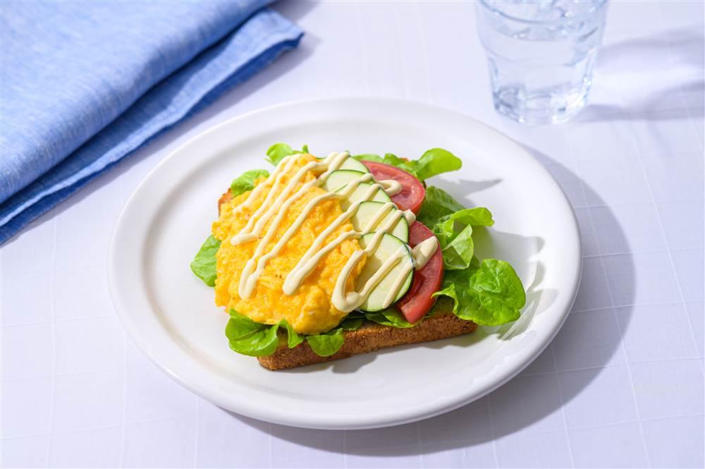 写真:夏野菜とスクランブルエッグのサラダトースト