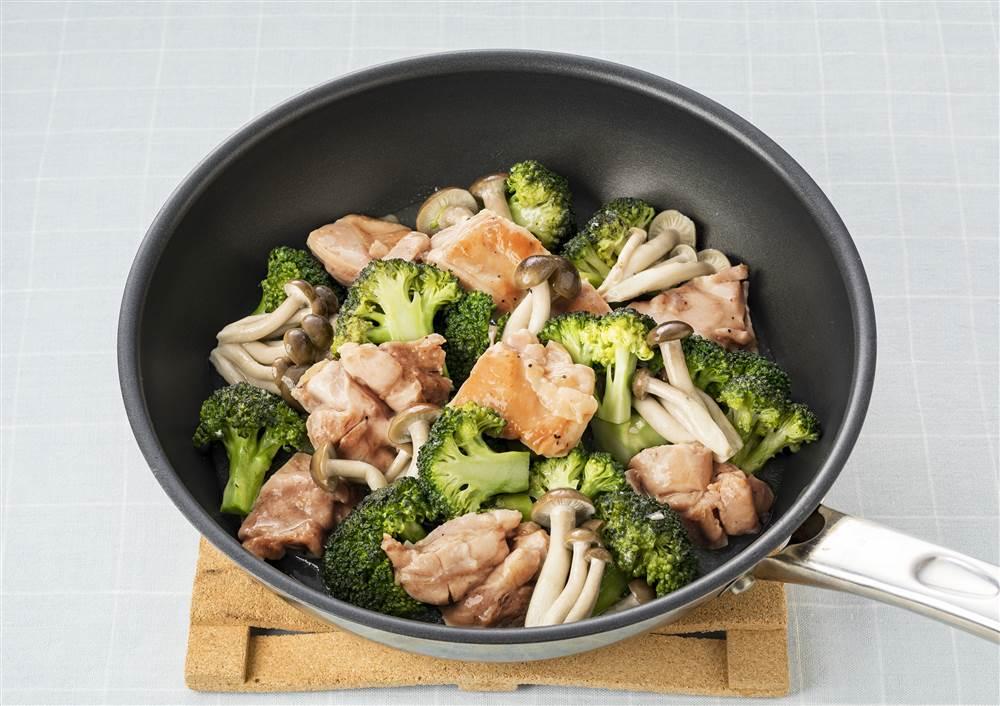 写真:ブロッコリーとぶなしめじと鶏もも肉の蒸し煮