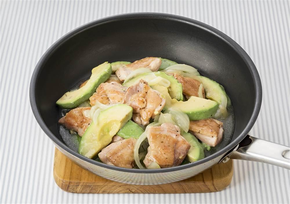 写真:玉ねぎとアボカドと鶏もも肉の蒸し煮