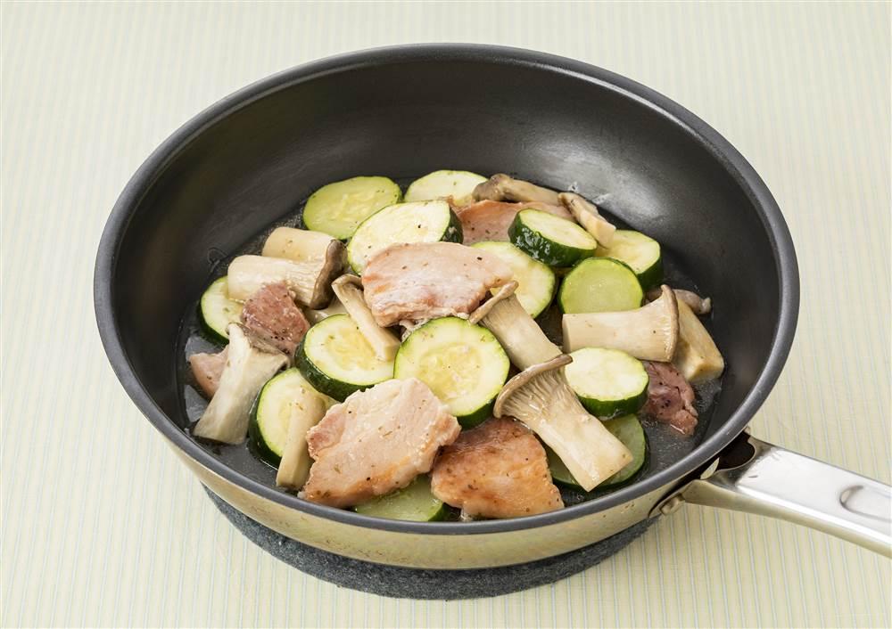 写真:ズッキーニとエリンギと豚ばら肉の蒸し煮