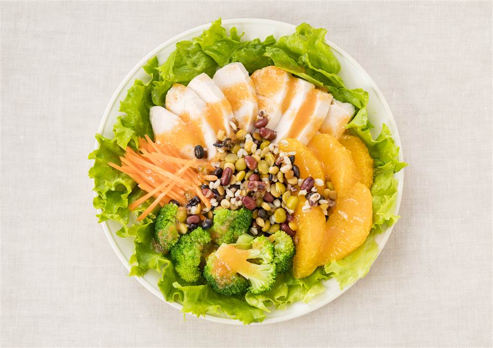 写真:チキンと豆と穀物とオレンジのパワーサラダ