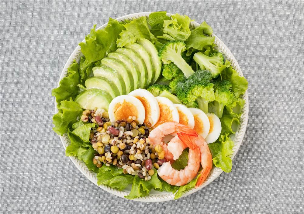 写真:ゆで卵とブロッコリーとアボカドのパワーサラダ