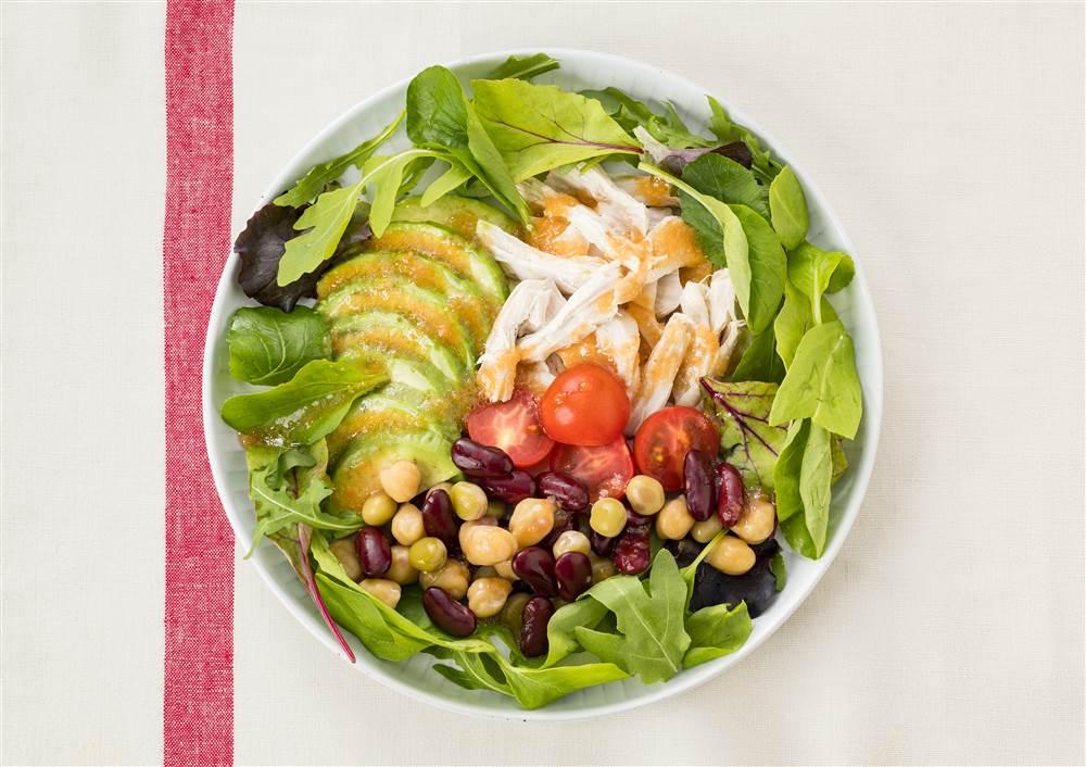 写真:蒸し鶏と豆とアボカドのパワーサラダ