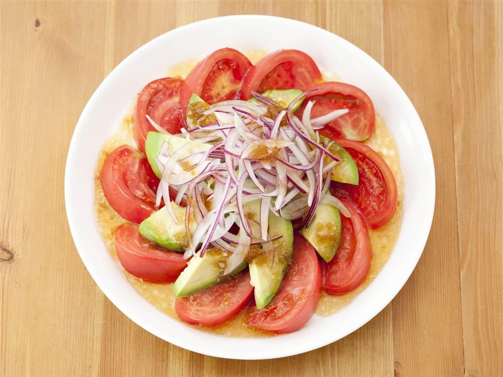 写真:トマトとアボカドとたまねぎのサラダ